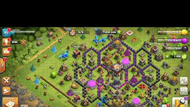 Game clash of clans (COC) fight against green creatures..
