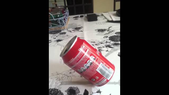 canette de coca cola en equilibre